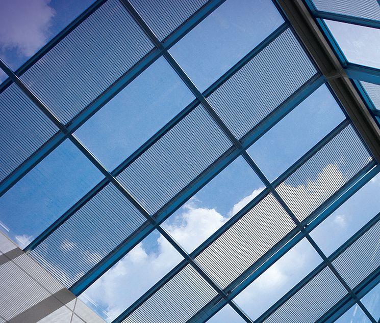 Ventanas que capturan energía solar con la misma eficiencia que los paneles